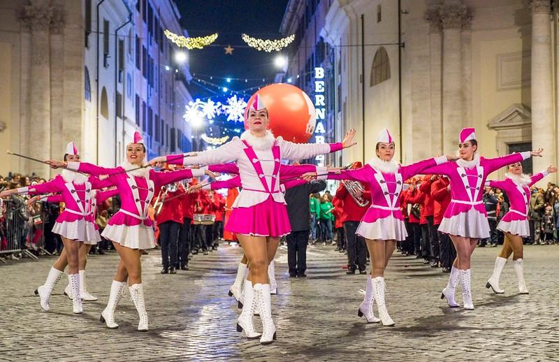 Una spettacolare e straordinaria Parata, davvero unica al mondo, vi aspetta il primo gennaio pomeriggio nel centro storico della Capitale: oltre 1000 musicisti da USA, Italia e Croazia sfileranno insieme per proporre il loro miglior repertorio!<br />Questa è la ROME NEW YEAR'S PARADE.<br />Ingresso libero da Piazza del Popolo allle 15:30<br />Vi aspettiamo!<br />Info su<br />http://www.elisabettacastiglioni.it/rome-parade-2020/